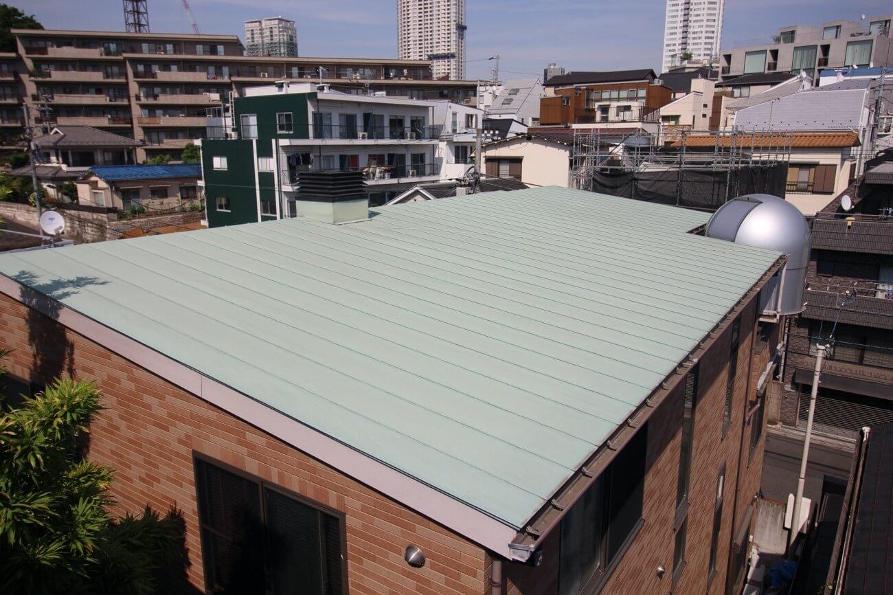 ②屋根材の種類と勾配を確認