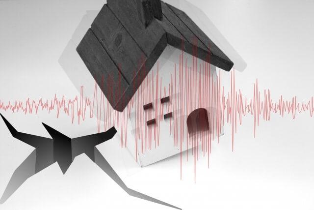 カバー工法のデメリット②:耐震性が低下する