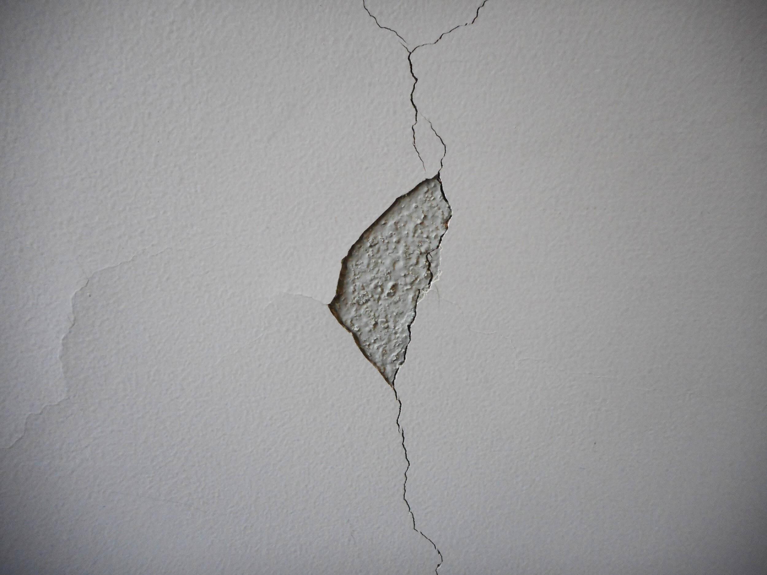 ベランダ内壁のひび割れ