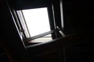天窓は本当に危険?雨漏り3大原因と修理費用を徹底解明!