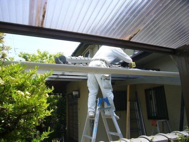 台風上陸前に屋根板を取り外す
