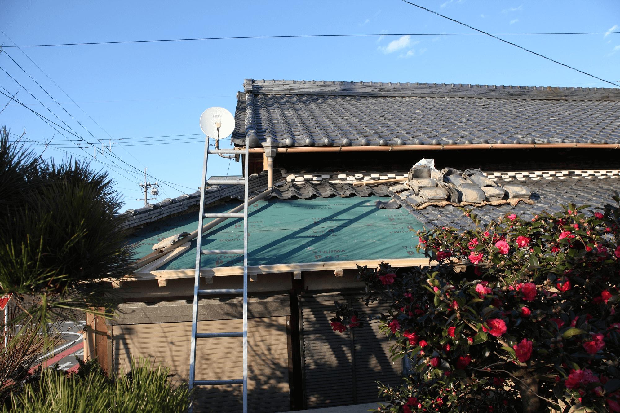 瓦のルーフィング(防水シート)と外壁の納まりの部分