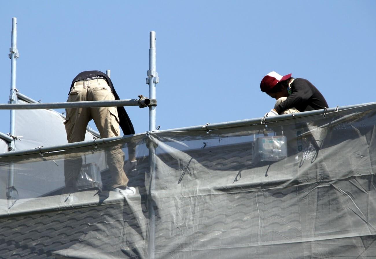 雨漏りを直すなら屋根全面修理するのが確実!業者と費用相場は?