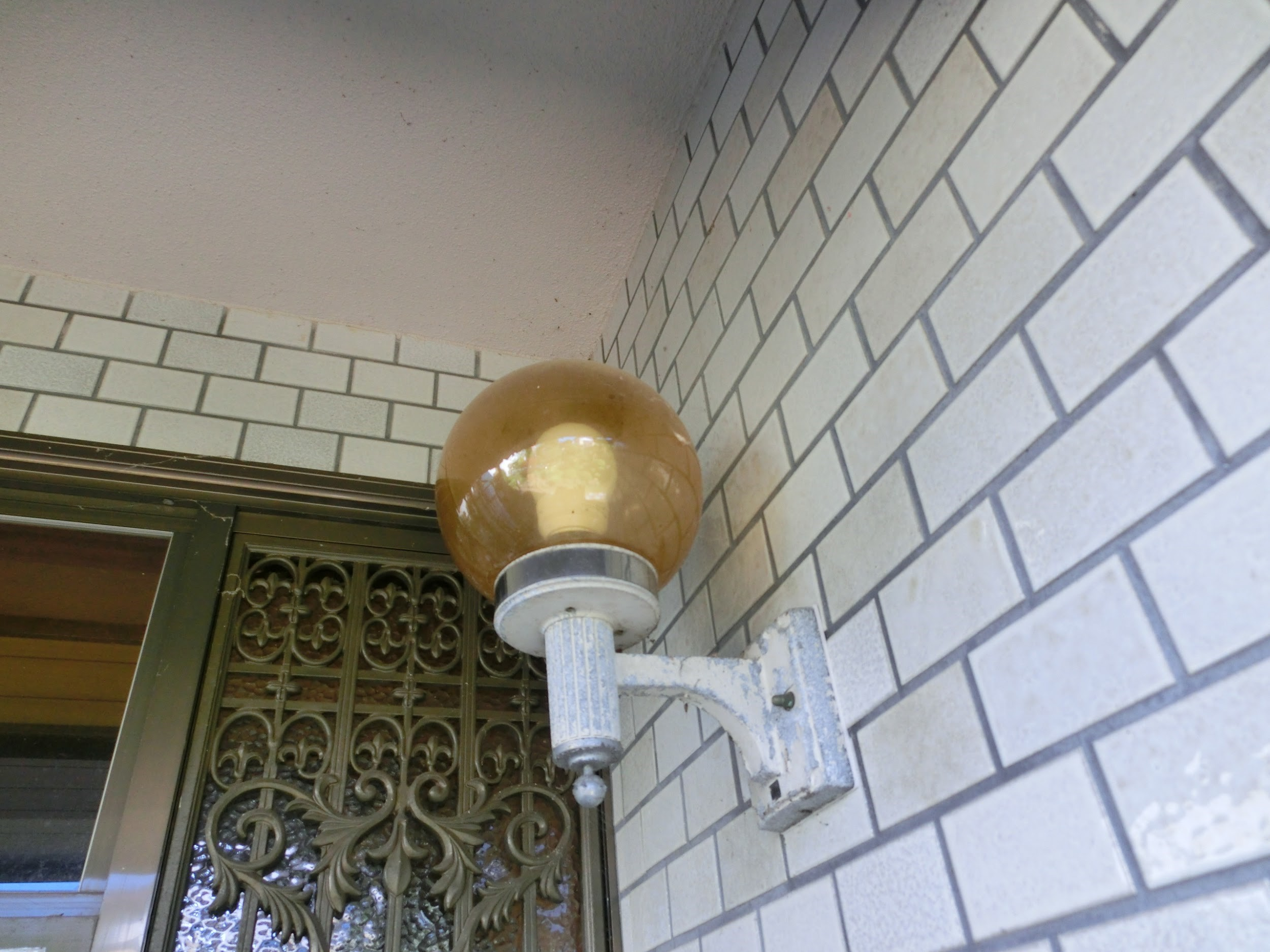 玄関灯に始まり勝手口灯、あるいは死角になる場所に防犯灯など、外部の照明器具周りにもコーキングが施工されているものがある。