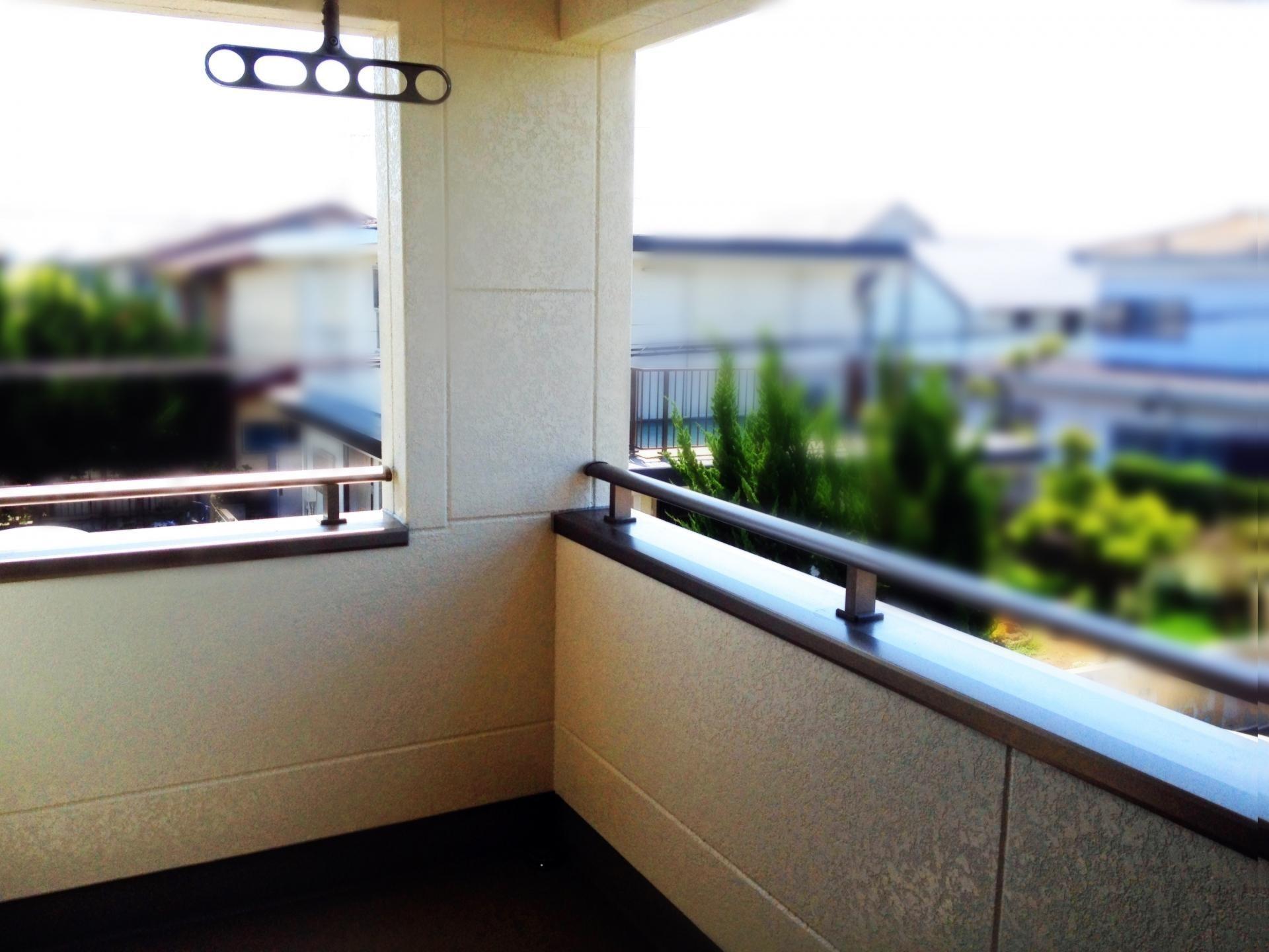 ベランダやマンションの外部廊下は腰高の壁で囲まれているが、これと外壁とのジョイントにもコーキングが施工されていることが多い。手すりなどがついていれば、その継ぎ目にもコーキングが施工されている。