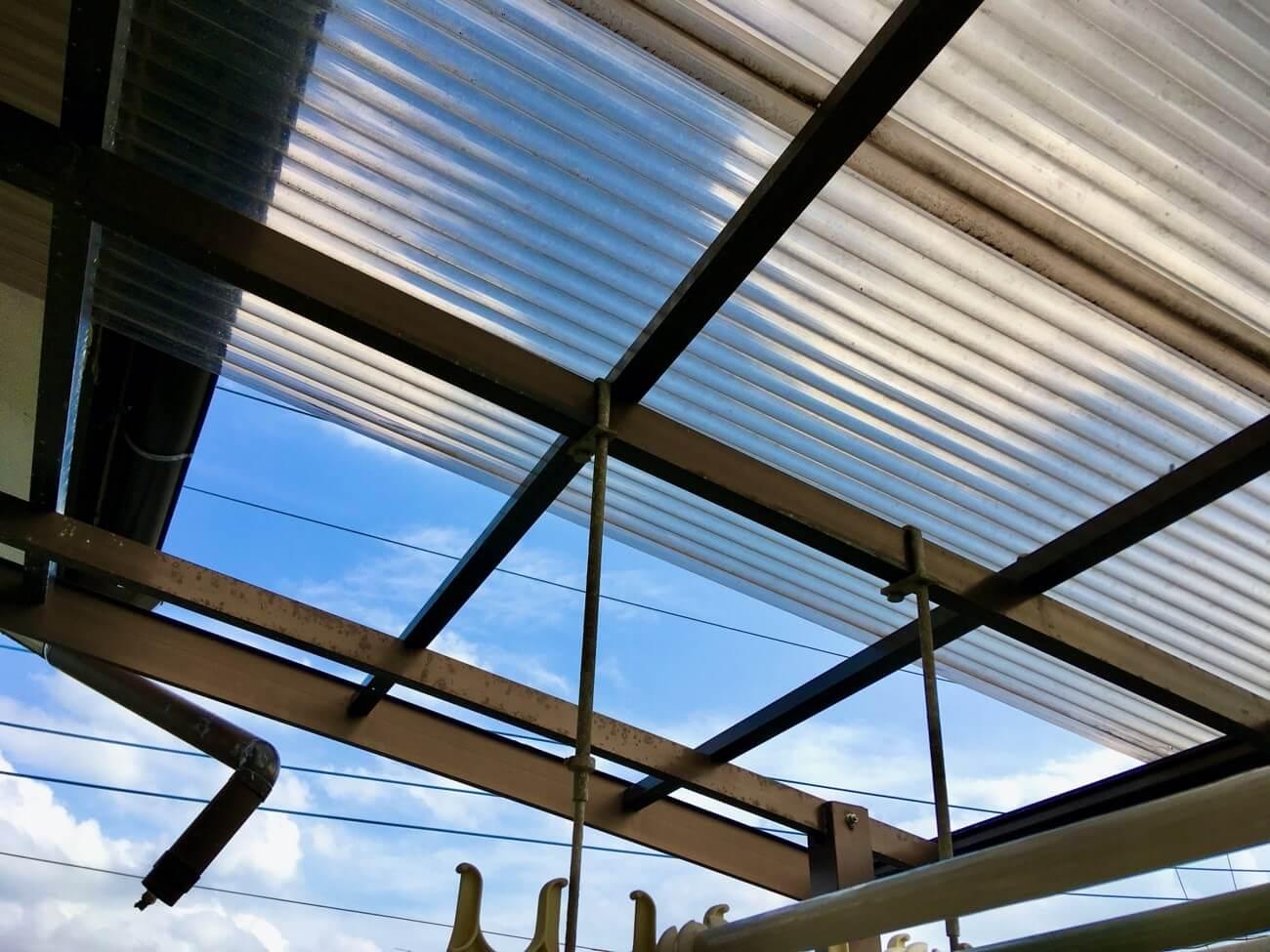 屋根が飛ぶ