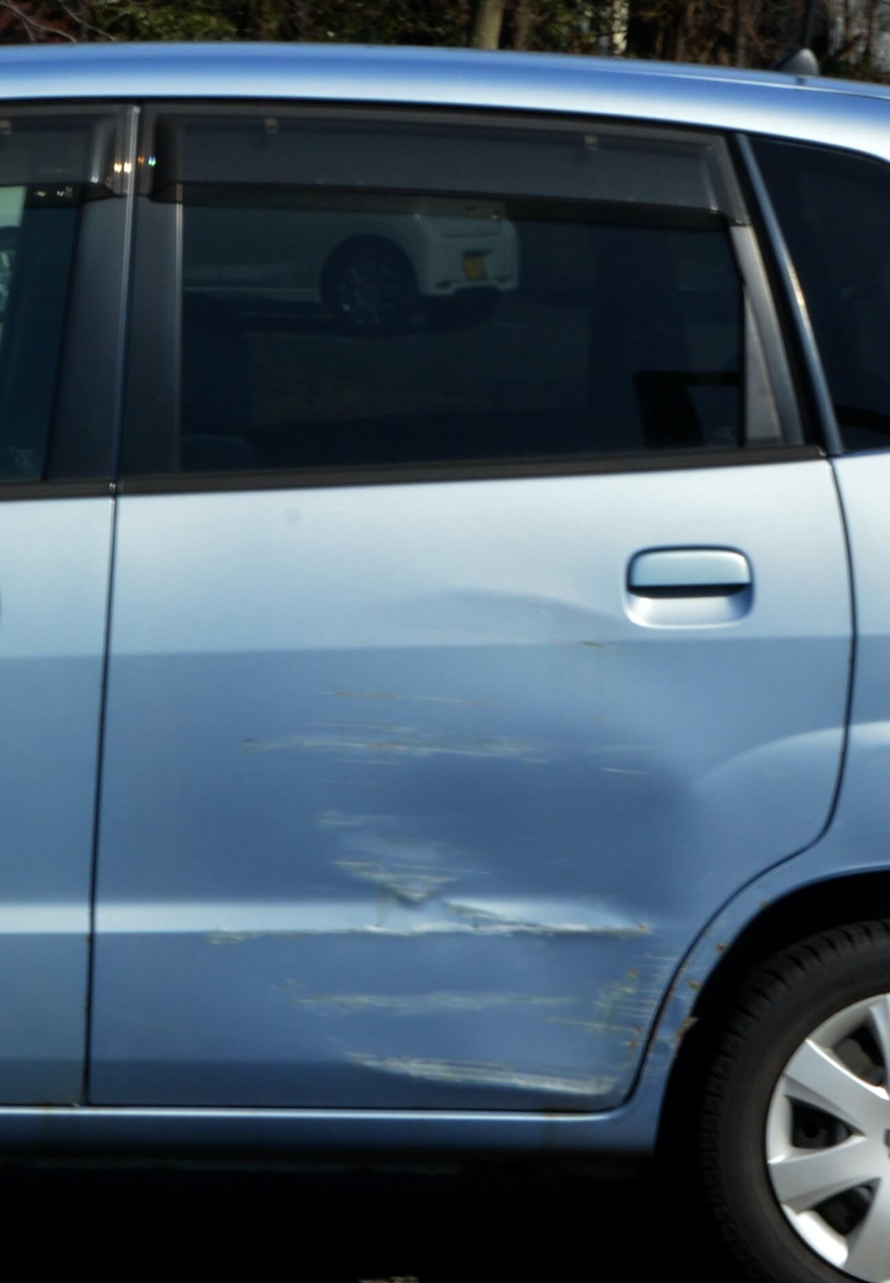 カーポート柱に車をぶつけてしまった