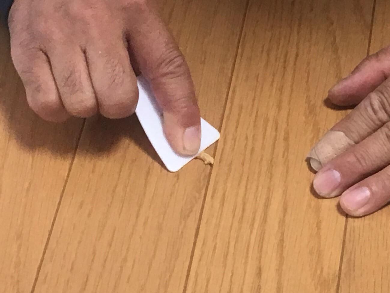 DIYでフローリングの穴を補修する方法