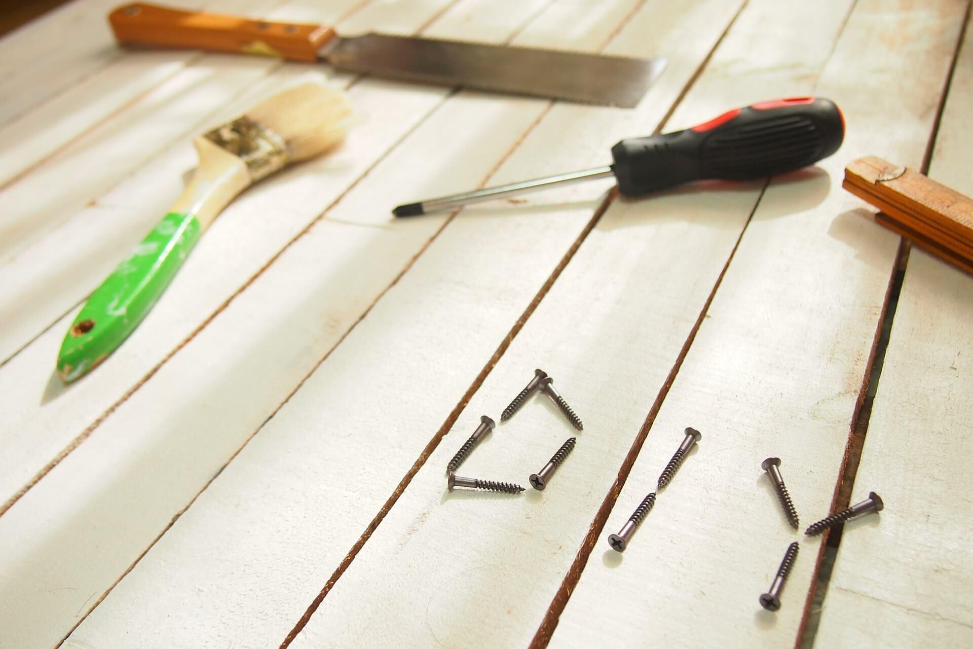 家具等による床の傷やへこみをDIYで修理することは可能か