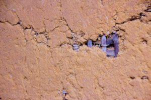 土壁の穴は早急に直すべき!DIY法とプロの補修を徹底比較