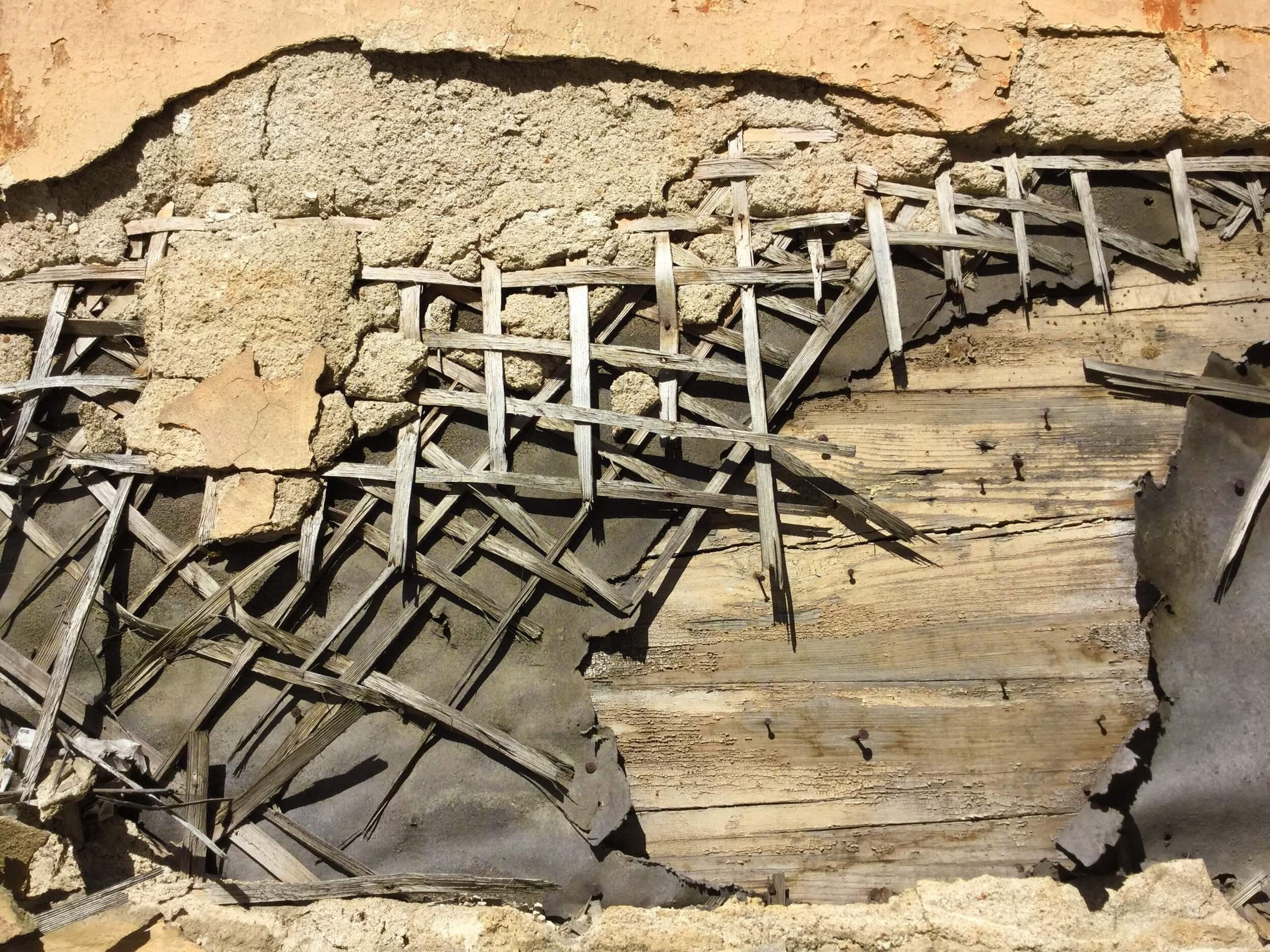 放置すると危険な土壁の穴