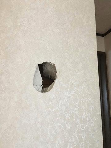 壁の下地に達する凹み