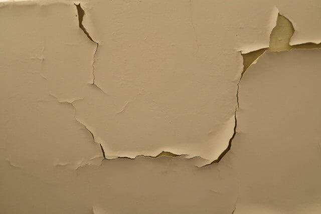 壁紙のひび割れは危険サイン!?亀裂の見分け方と補修方法を紹介