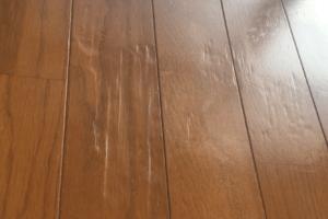 フローリングのへこみは簡単に直せる!賃貸や新しい床に最適な方法も解説