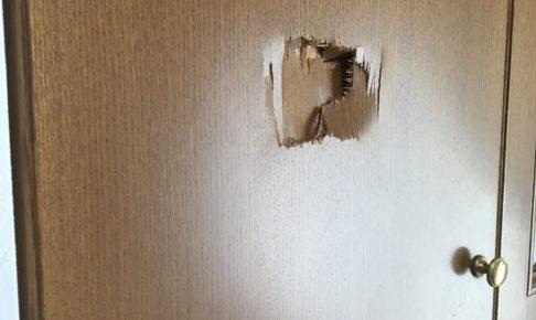 ドアにあいた穴は自分で修理できるのか?業者に頼む場合の費用は?