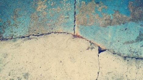 コンクリートの床だってDIYで補修できる!