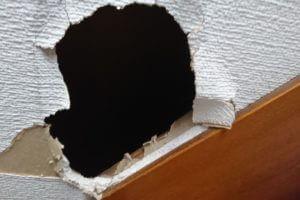 壁の石膏ボードの穴をDIYで補修!業者との費用の違いなど徹底調査