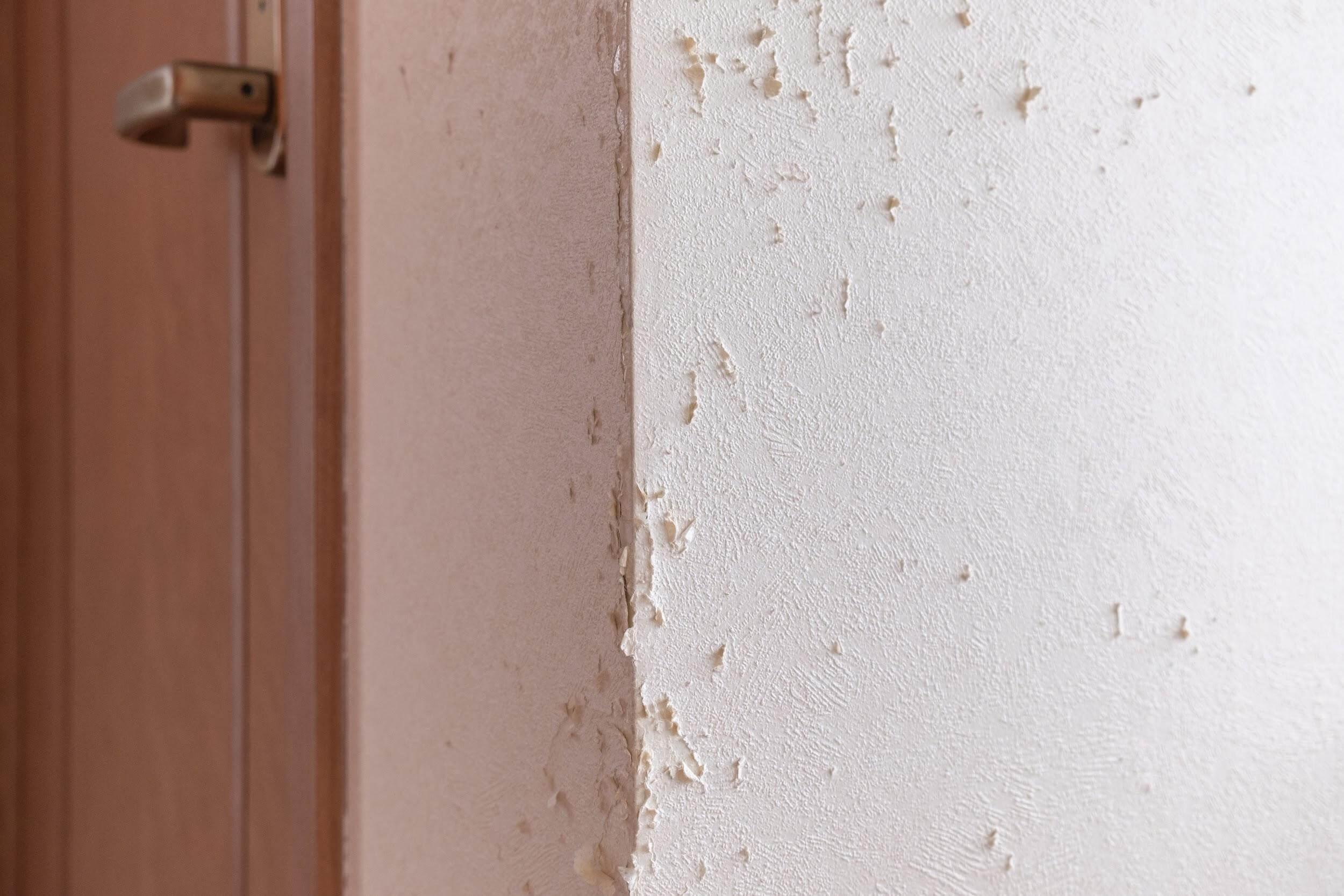壁紙の引っかき傷はコーキングで直す