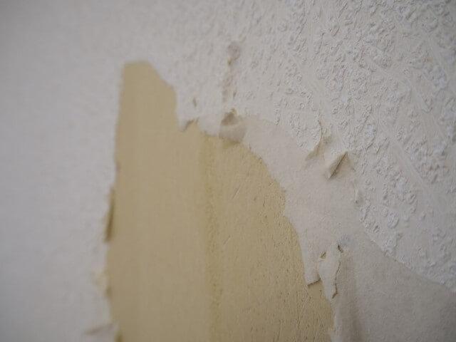 壁紙のはがれ・破れはDIY補修可能?