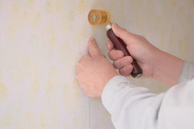 壁紙のはがれ補修にはボンドとローラー
