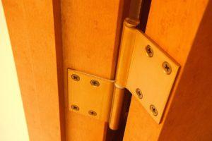 【ドア蝶番の修理は早めに!】DIYで出来る交換・調整方法を解説