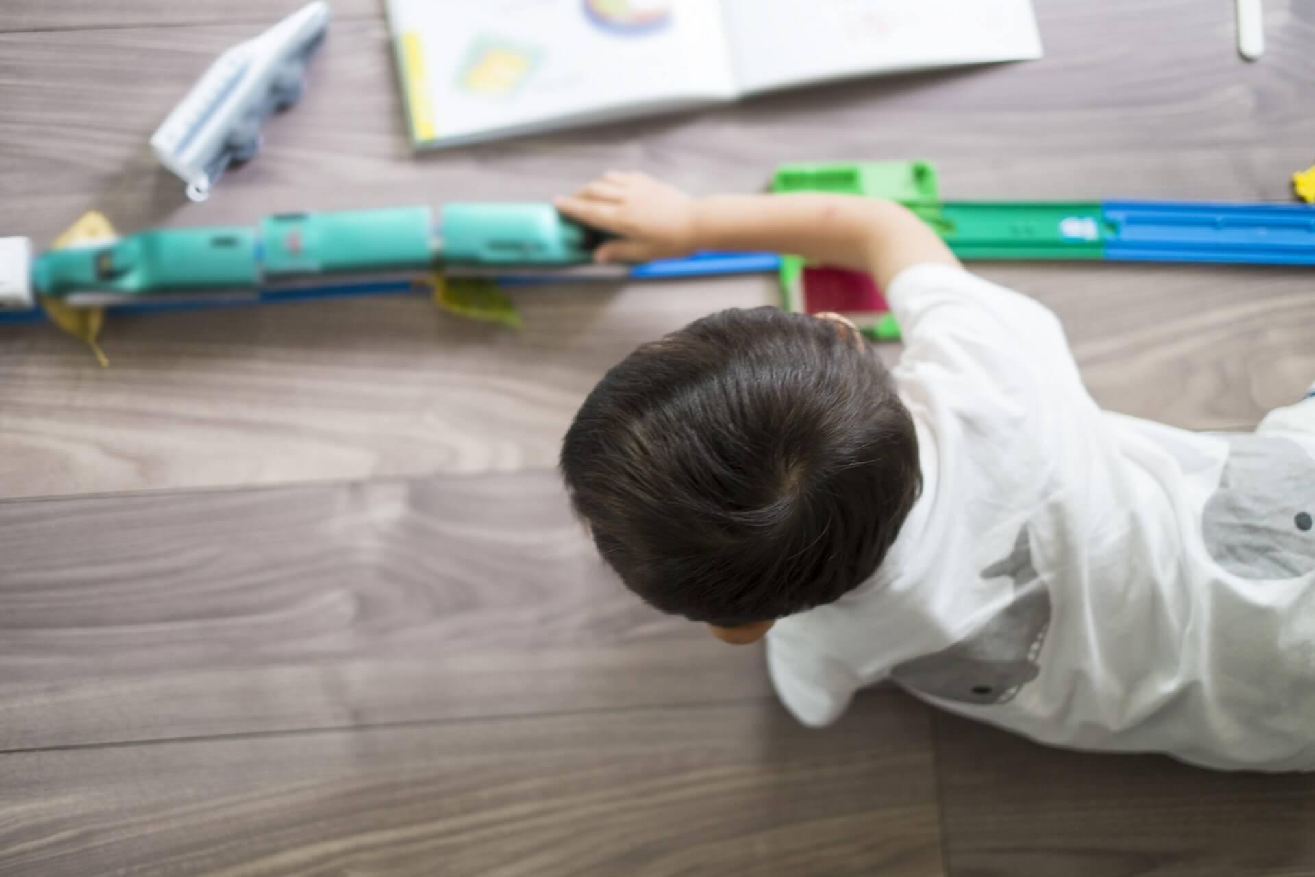 子供がつけたフローリング傷を補修する5つの方法!傷防止法も公開!