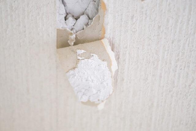 壁に空いた穴はパテ埋めでDIY補修が可能