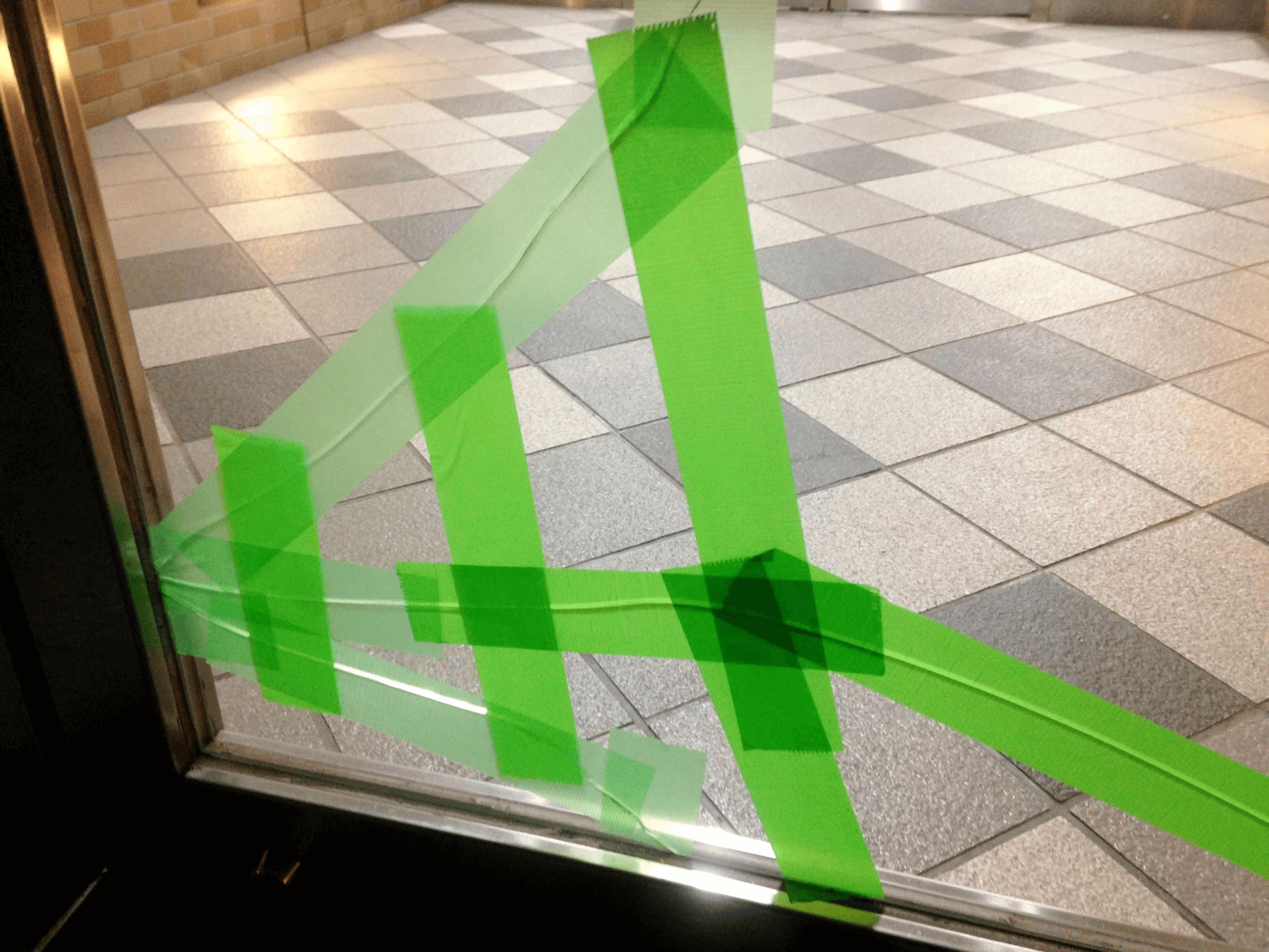 ドアのガラス交換方法を教えます!修理の値段やDIY法も徹底解説