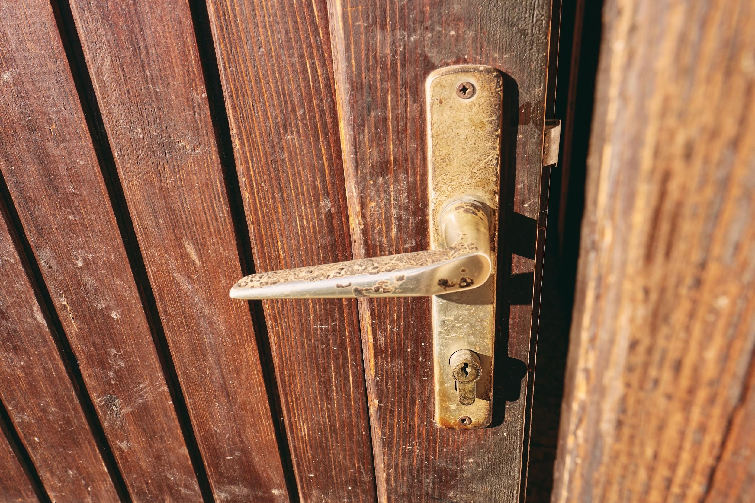 傷んだ玄関ドアは非常に危険