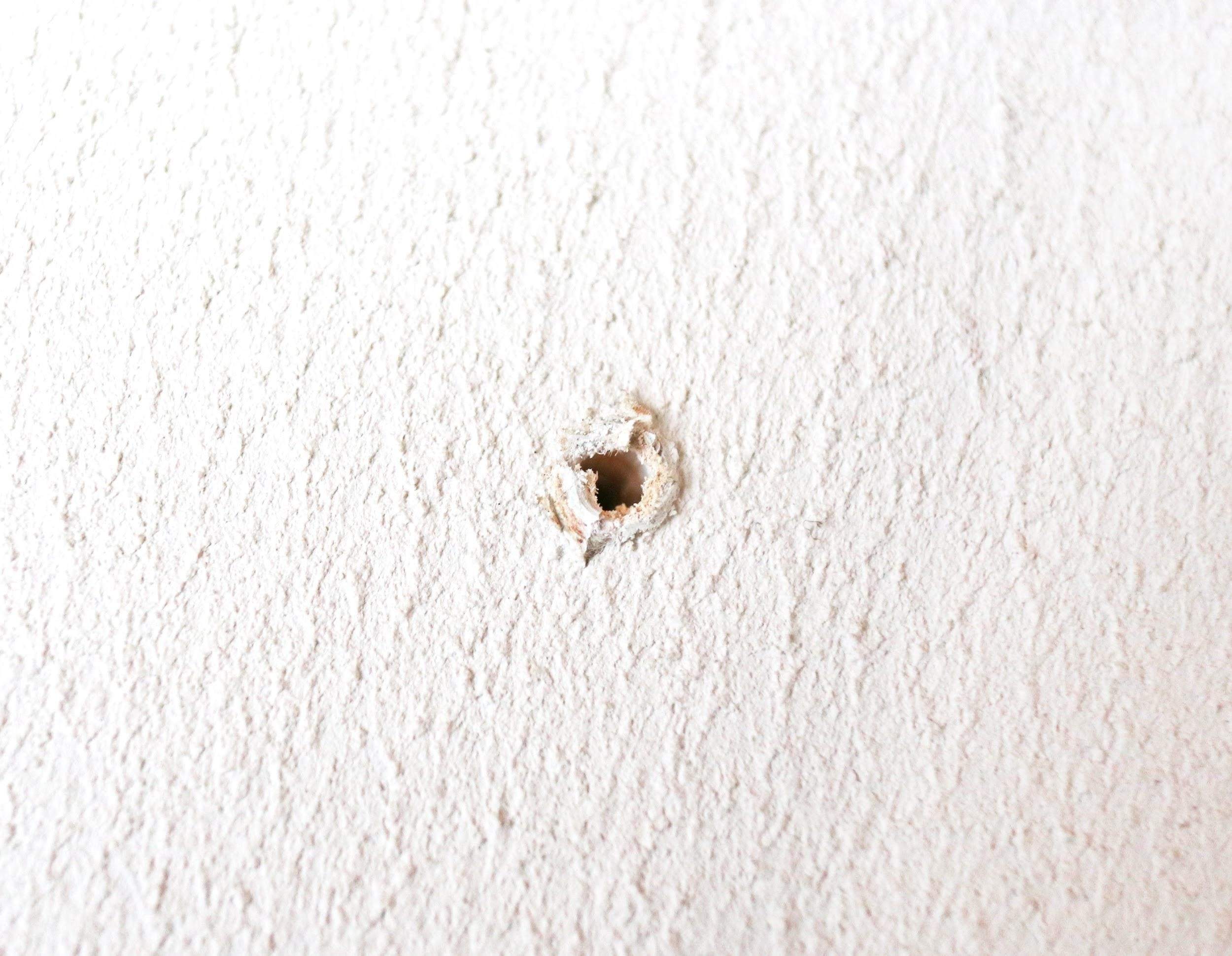 釘穴や小さい穴は専用補修材で直す