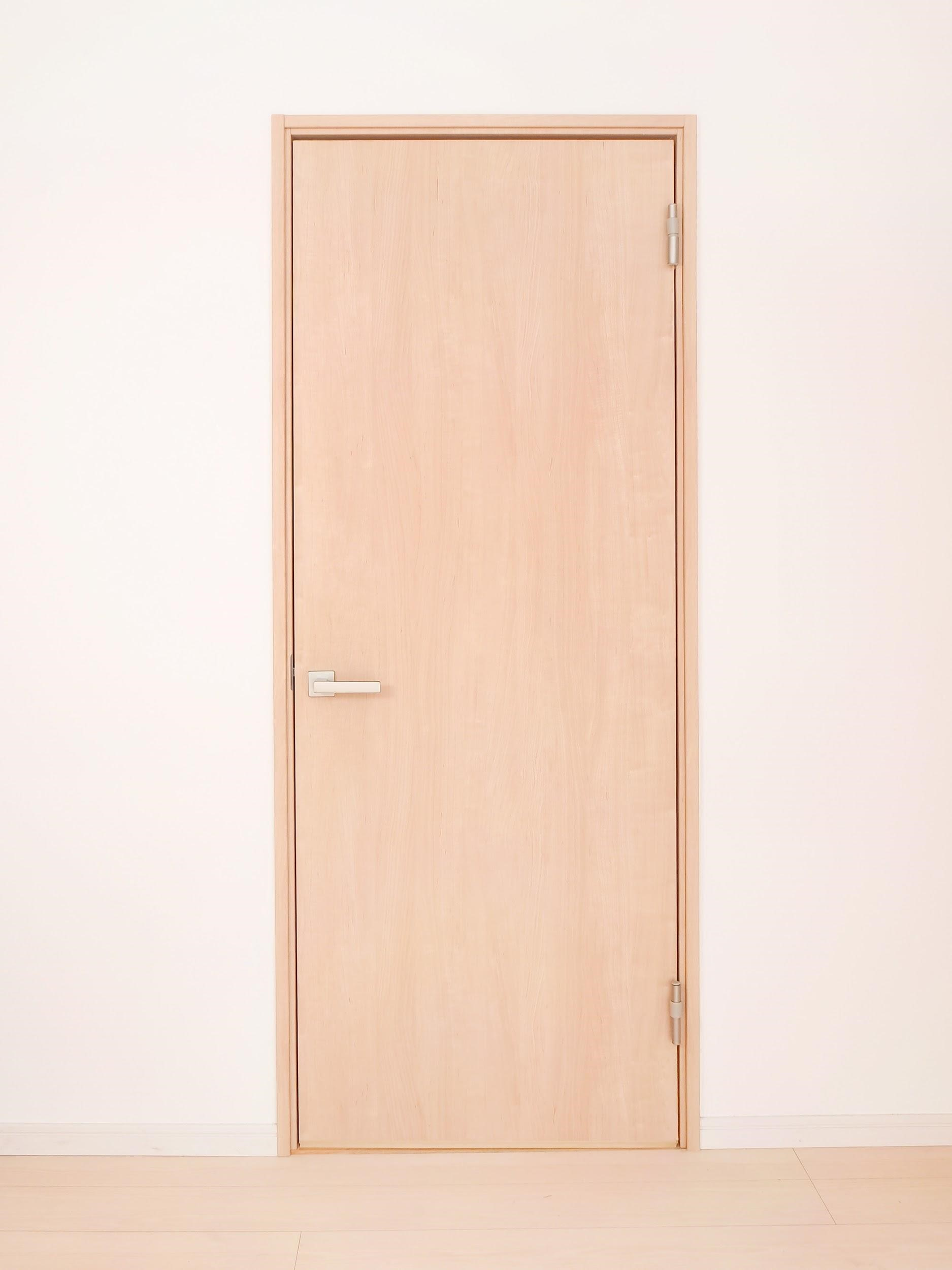 まず室内ドアの素材を確認
