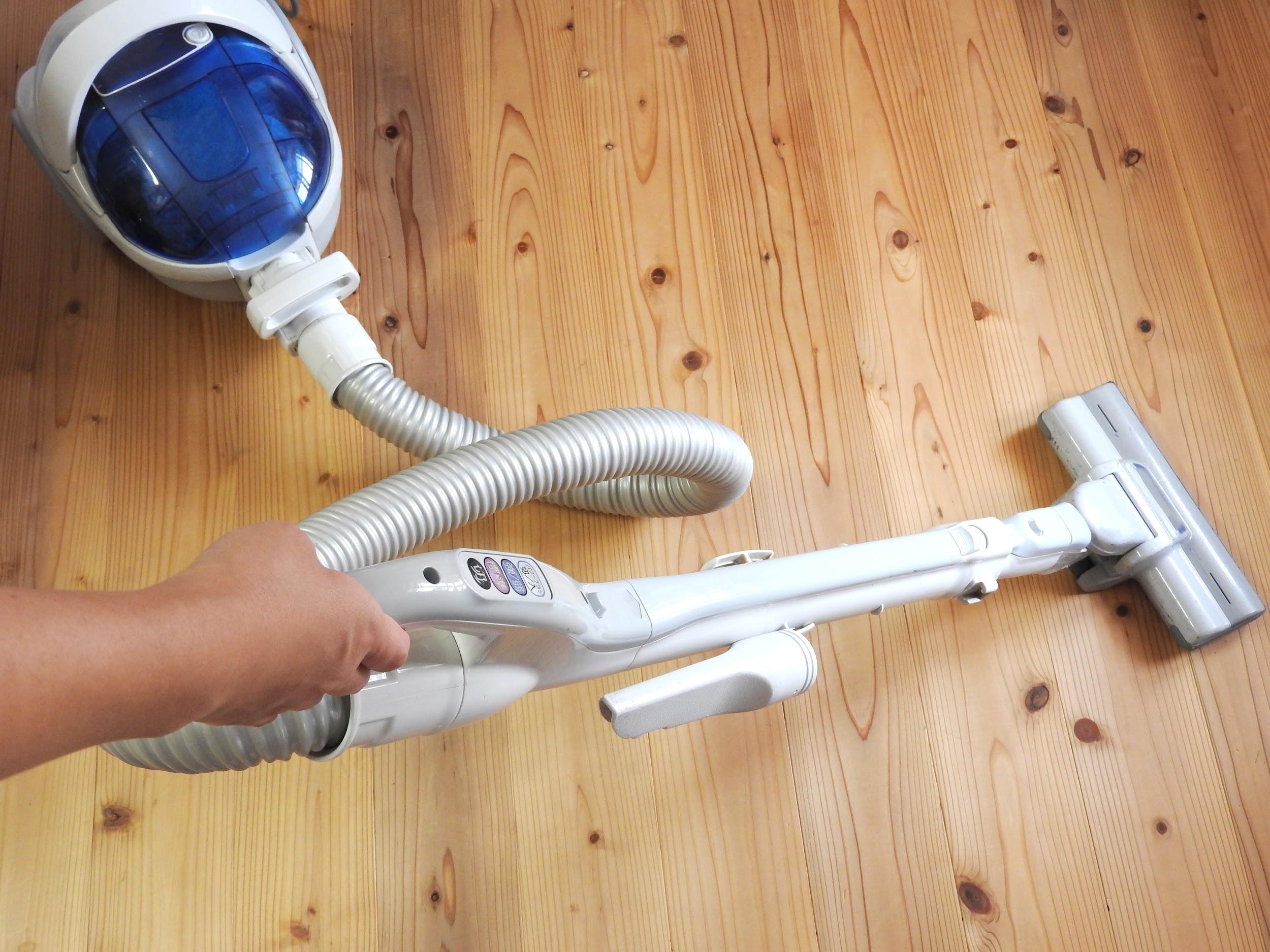 ①まず塗装したい面に掃除機をかけ、水で絞った布で拭く。