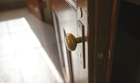 扉の歪みで閉まらない!原因別の直し方と蝶番調整法を完全伝授